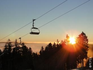 Sonnenaufgang im Skigebiet